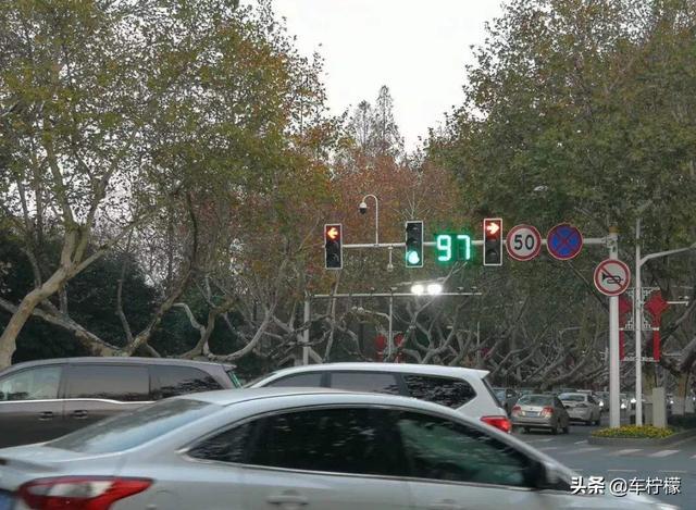 《自动挡等红灯,D挡+脚刹,还是N挡+手刹?》